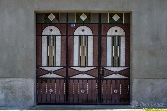 Poarta unei case din Caraşova