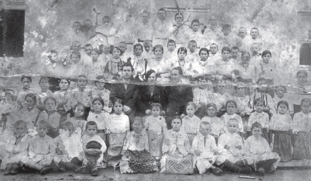 Elevi şi profesori în Nadăş la 1940. Sursă foto: Vasile Traia, Vasile D. Suciu - Nadăş. Repere istorice, Eurostampa, 2011.