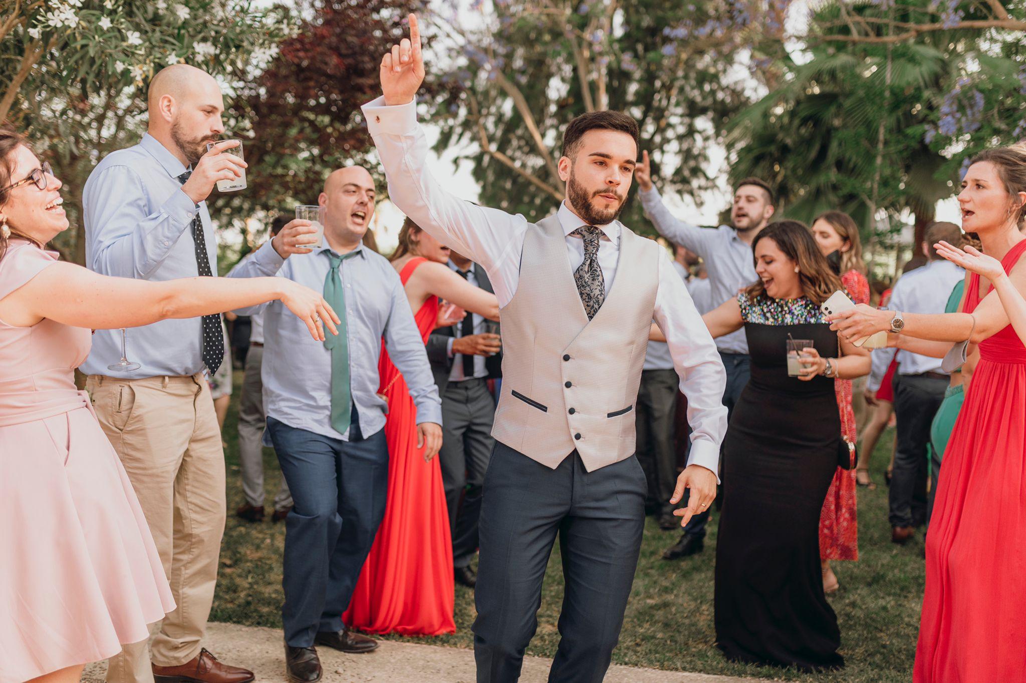 Joan baila entre los invitados y estos se muestran muy divertidos y contentos