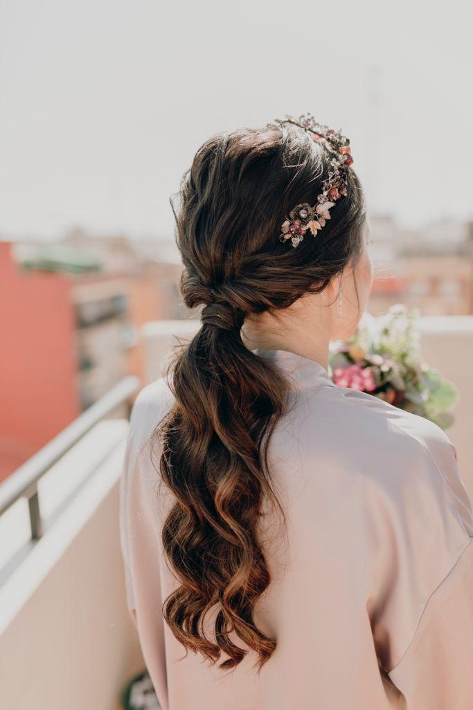 Ana luciendo su precioso peinado: una coleta baja con ondas naturales y tiara