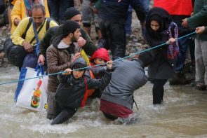 refugees-migrants-greece-macedonia-river (6)