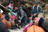 refugees-migrants-greece-macedonia-river