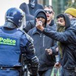 Antifašisti napali desničare, policiju, novinare, i zapalili australijsku zastavu!