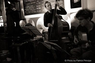 Sous Les Étoiles @ les Amis Martin Dahanukar (Trompete) Dimitri Howald (Gitarre), Philipp Moll (Bass) & Willy Kotoun (Perkusion) © 26.10.2015 Patrick Principe
