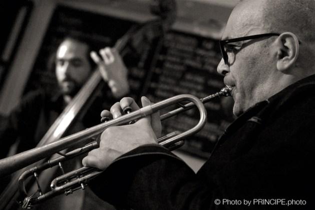 Sous Les Étoiles – Dernière @ Les Amis Martin Dahanukar - trumpet, Dimitri Howald -guitar, Valentin von Fischer - double-bass © 03.04.2017 Patrick Principe