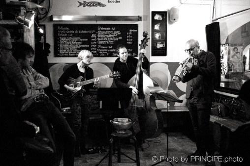 Sous Les Étoiles feat. Mareille Merck @ Les Amis Martin Dahanukar, trumpet; Mareille Merck, guitar: Philipp Moll, double-bass © 12.02.2018 Patrick Principe
