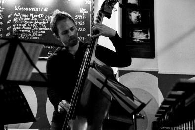 Sous Les Étoiles – Good Vibes feat. Jonathan Salvi @ Les Amis Martin Dahanukar, trumpet Jonathan Salvi, vibraphone Philipp Moll, double-bass © 03.12.2018 Patrick Principe
