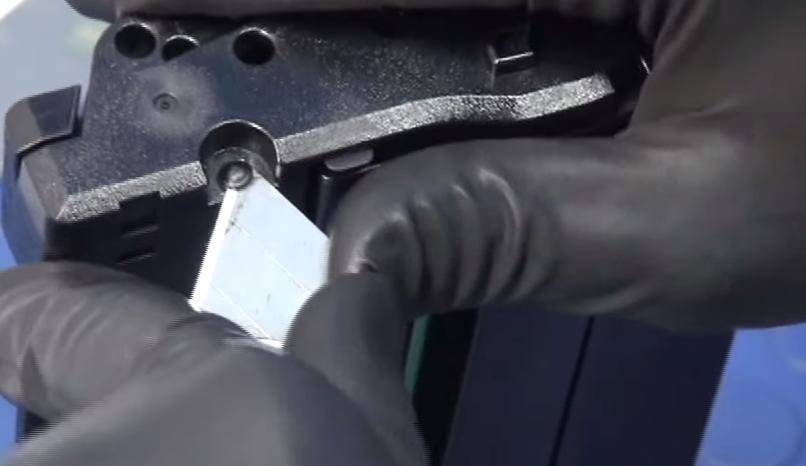 Срезаем пластиковые заклепки