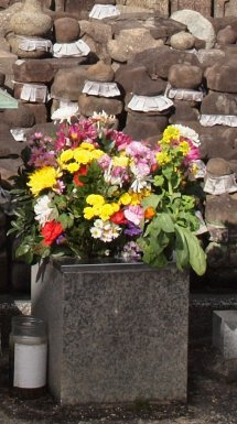 Flowers_before_graves_Kansai_explorer_dtl.6