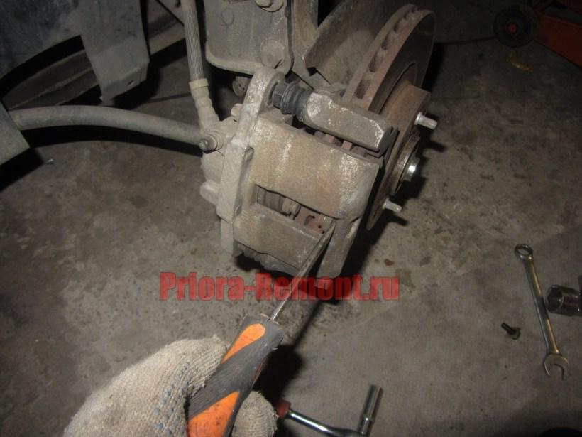 утопить тормозной цилиндр переднего колеса на Приоре