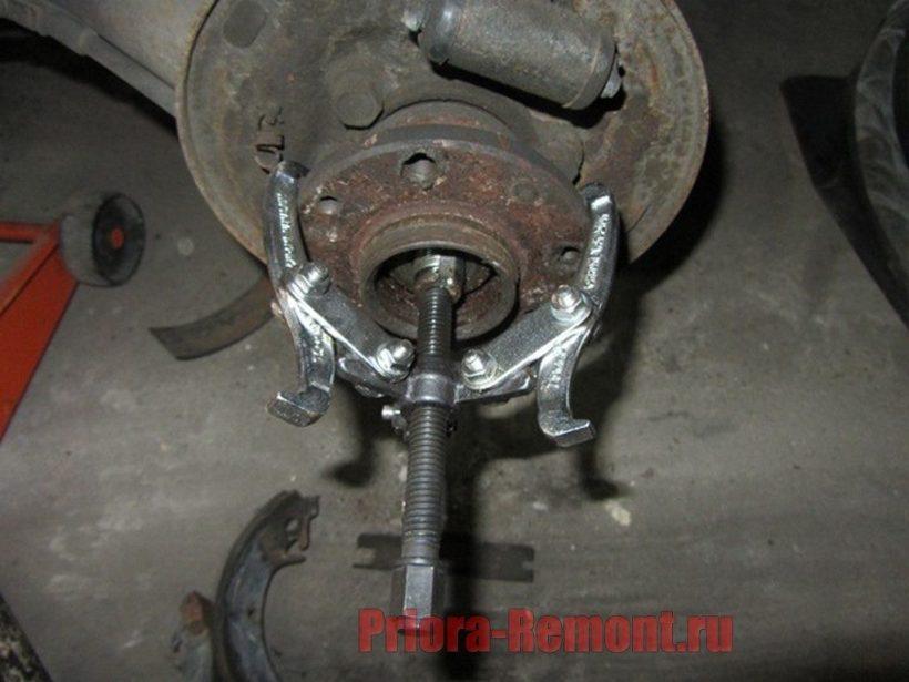 установка съемника для снятия ступицы заднего колеса на Приоре
