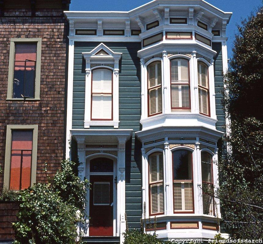 Фото №1: фасад дома с эркерами