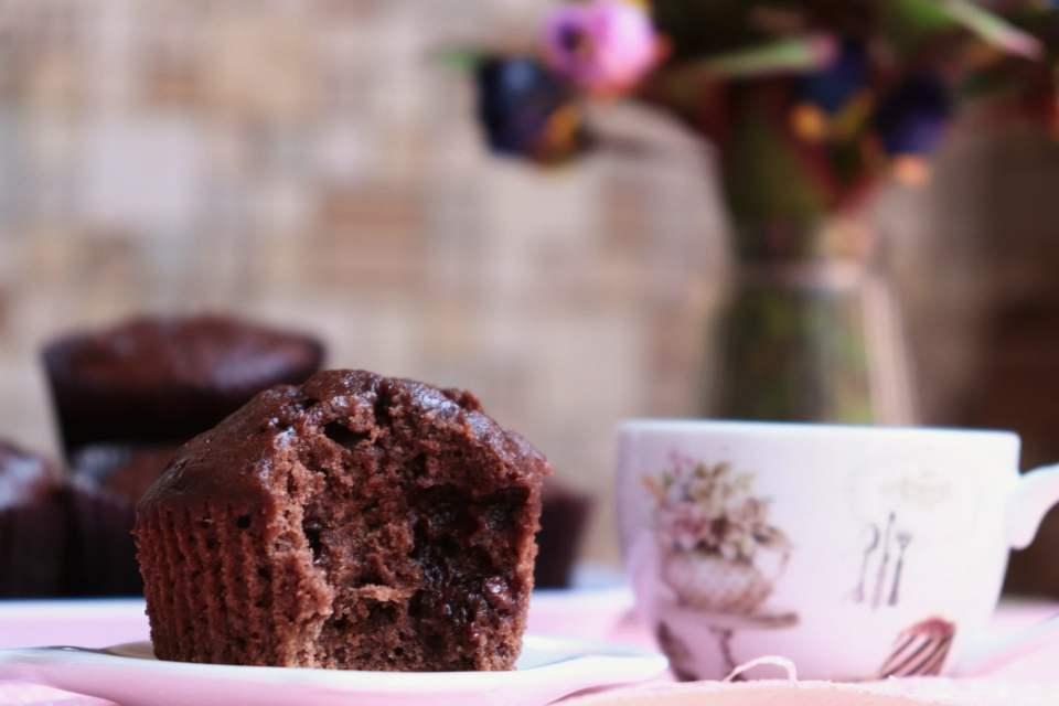 imagem muffin de banana e uma xícara