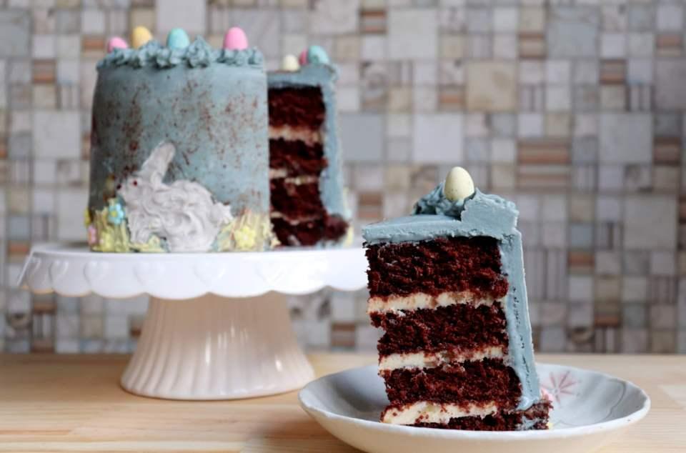 imagem de bolo de pascoa com um pedaço cortado