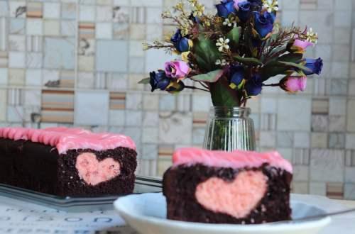 imagem bolo surpresa com coração de morango