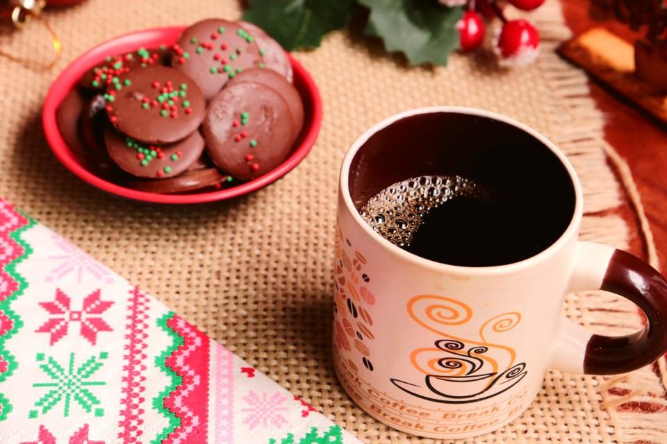 imagem de mesa de café com pastilha de chocolate