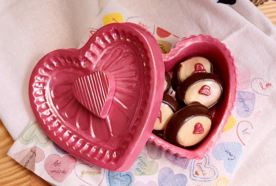 imagem porta joia de chocolate com bombons crocantes de amendoas e mel