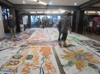 La actividad comenzó a eso de las 2:30 pm y finalizamos a las 5:00 pm, devolviendo los lienzos al taller