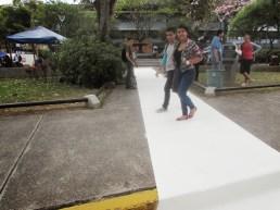 Pero al poner el papel gigante en blanco, nos dimos cuenta de que iba a ser demasiado difícil hacer que las personas caminaran por nuestro paso peatonal (empezando por que era pintura fresca y a la gente no le gusta mancharse)