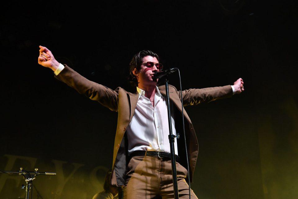 ¡Arctic Monkeys lanzará un disco en vivo para ayudar a una buena causa!