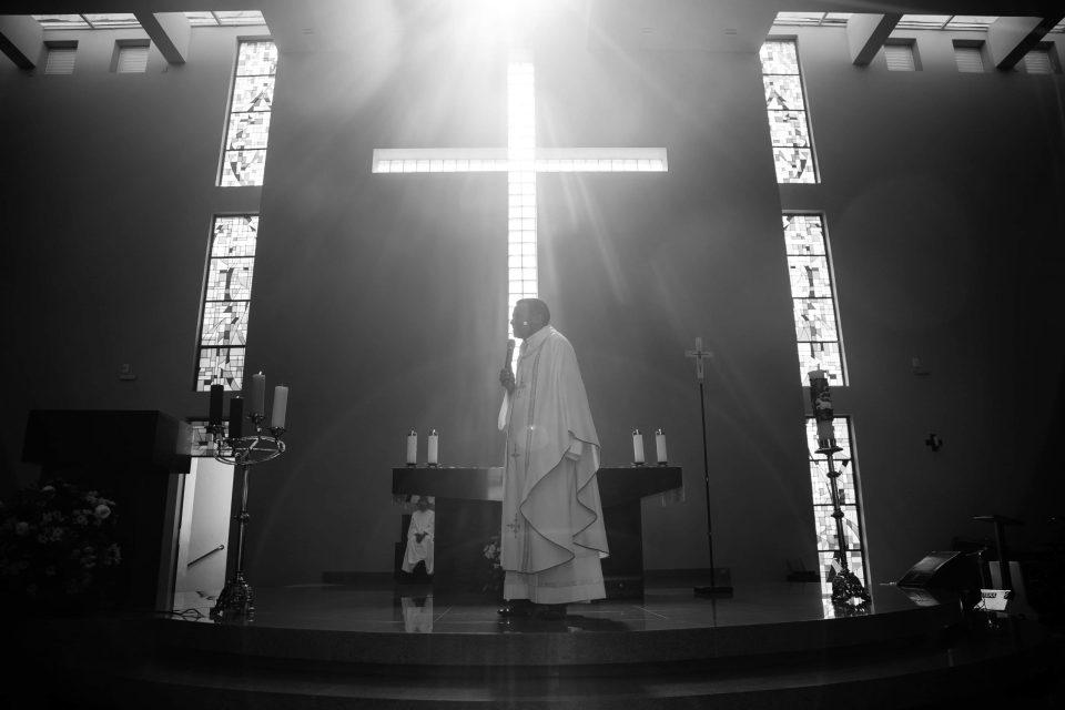 WTF?! Sacerdote es descubierto haciendo un trío sexual en altar de su iglesia