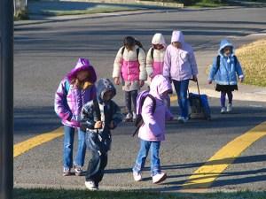 Children Crossing Street, Courtesy of Dan Burden (www.pedbikeimages.org)