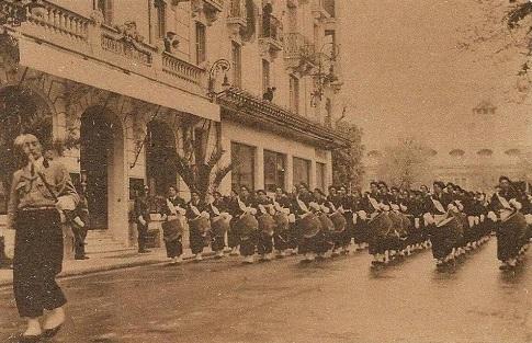 chantiers de la Jeunesse - La Musique Nationale défile devant l'hôtel du Parc à Vichy