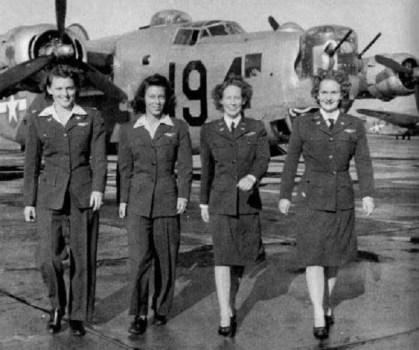 pilotes WASP (de gauche à droite) Eloise Huffines Bailey, Millie Davidson Dalrymple, Elizabeth McKethan Magid et Clara Jo Marsh Stember, avec un B-24 en arriere-plan