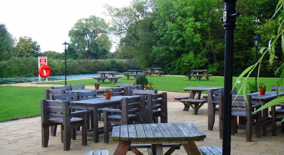 Queens Head - Outside Dining - Nassington