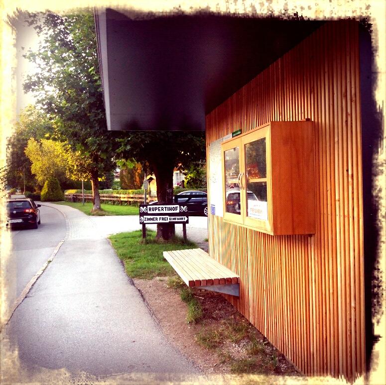 Fuschl: Bücherschrank bei der Bushaltestelle