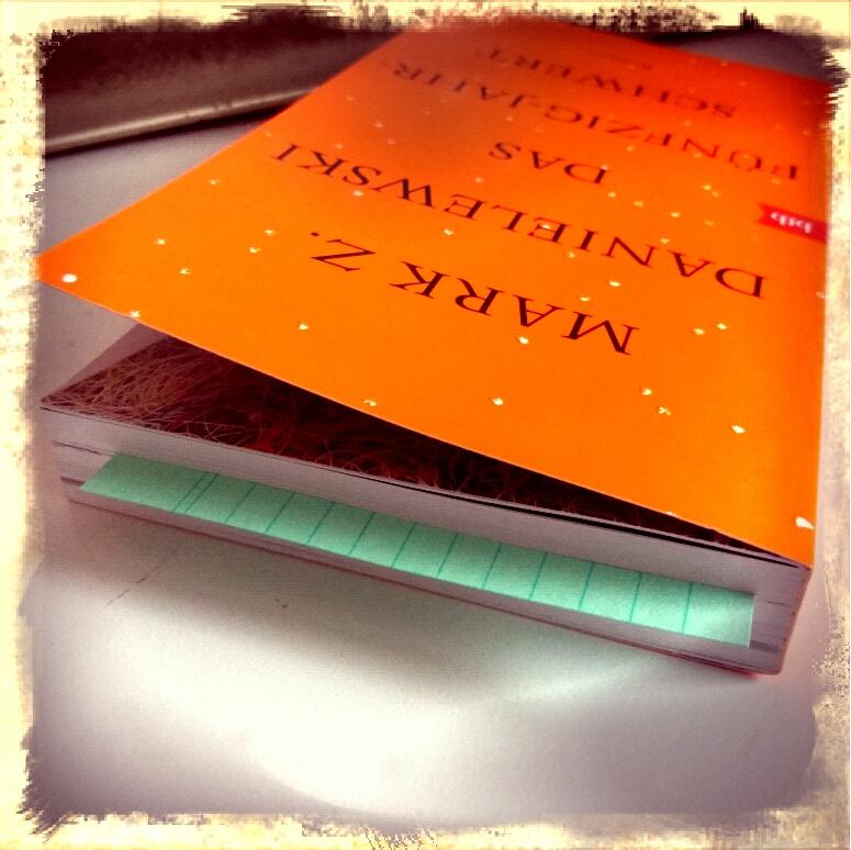 Buch mit Karteikarte als Lesezeichen