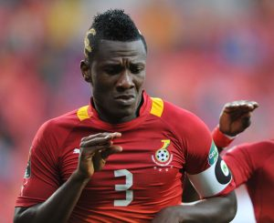 Video : Asamoah Gyan Shares money to people in traffic