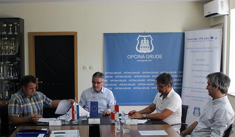 Općina Grude: Potpisani ugovori o provedbi dva infrastrukturna projekta