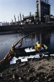 b15_Workers_Cleaning_oil_spill