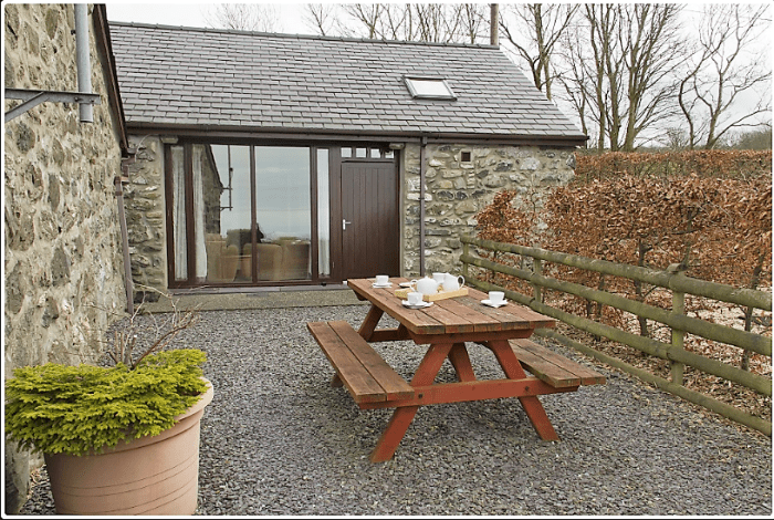 An image of the back yard breakfast area of one oh Hafot Farm Cottages