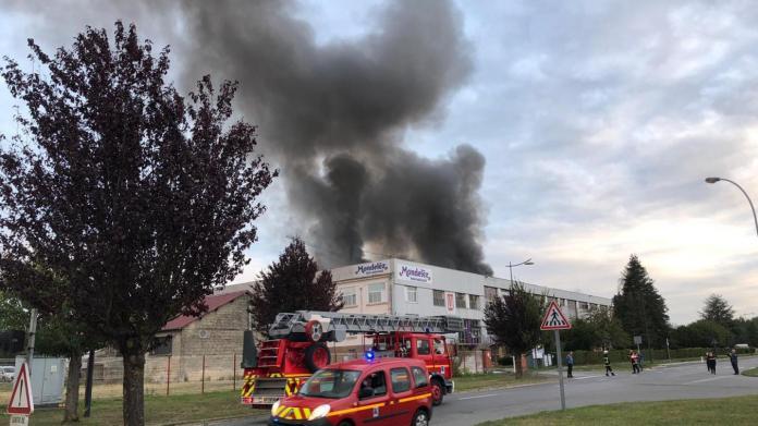 VIDÉOS] L'usine LU (Mondelez) de Jussy ravagée par un incendie, 45 pompiers  et 25 véhicules mobilisés toute la nuit de jeudi à vendredi