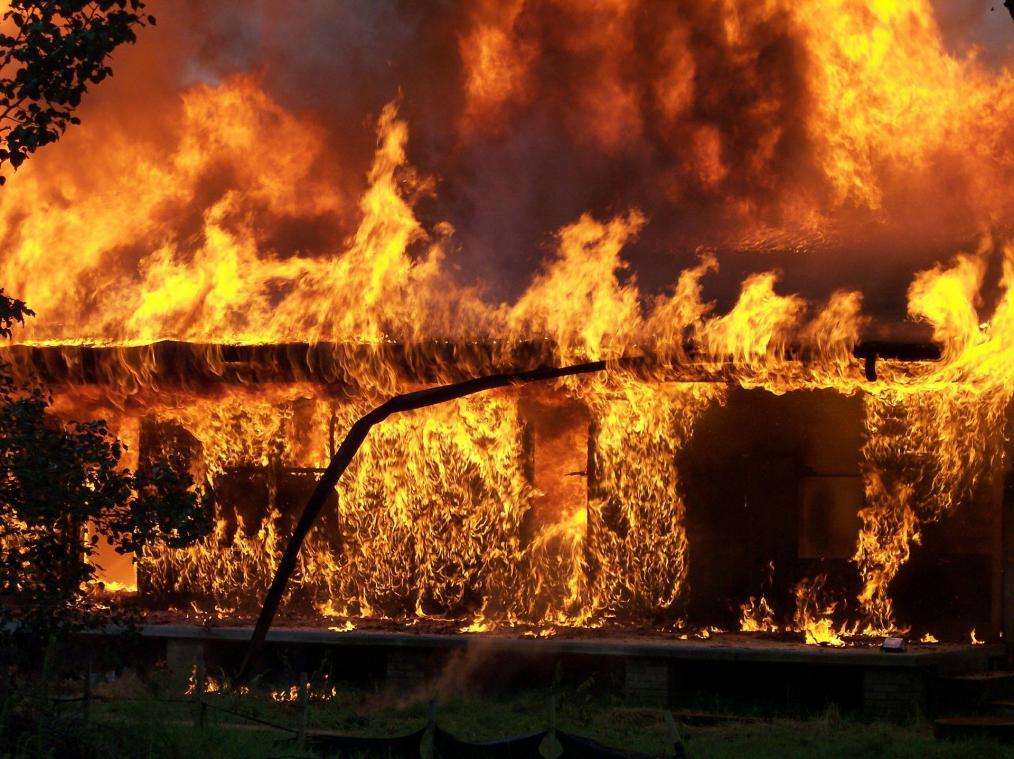 le feu embrase une maison pres de