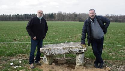Jean-Claude Leroux and Benoît Fillet present the tomb of the druid.  (Photo PN)