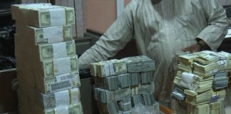 EFCC operatives recover huge foreign currency