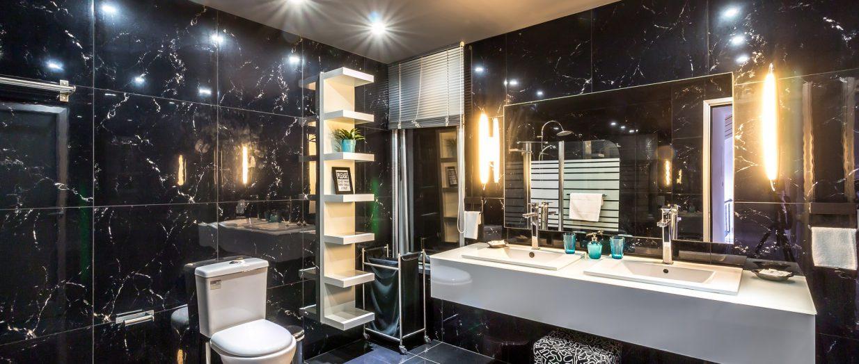 carrelage noir dans une salle de bain