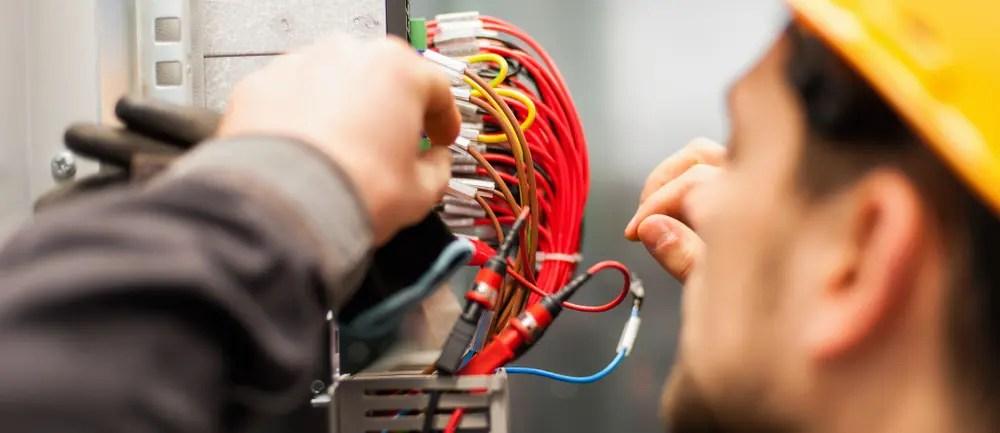 電気主任技術者が電気設備の点検をしている