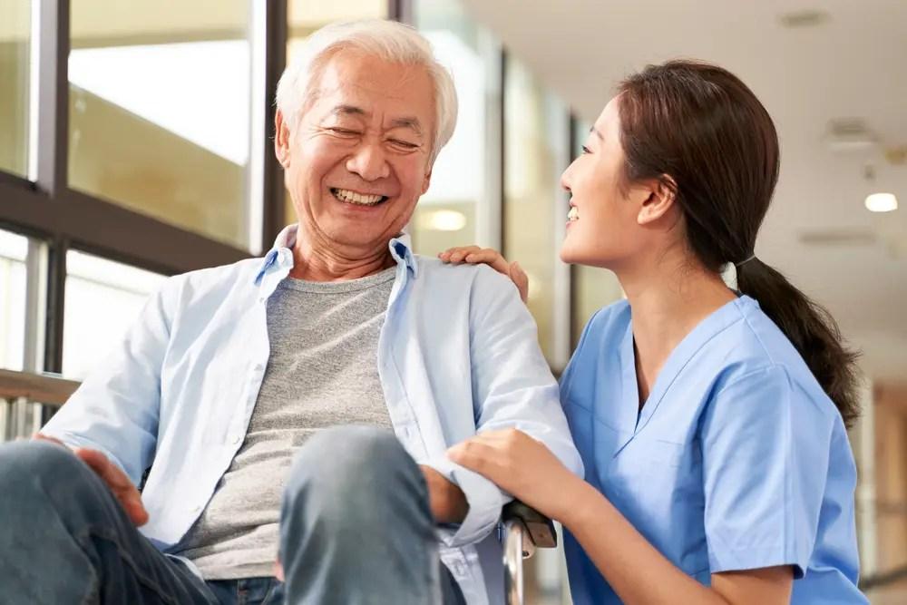 社会福祉士が介護施設でコミュニケーションをとっている