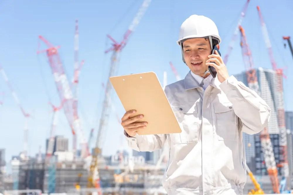 建築現場の監督をする建築機械施工技士