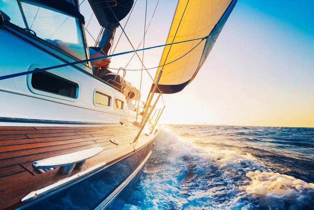 海上で船を操縦する小型船舶操縦士