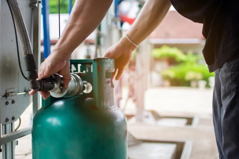 LPガスの作業をする液化石油ガス設備士