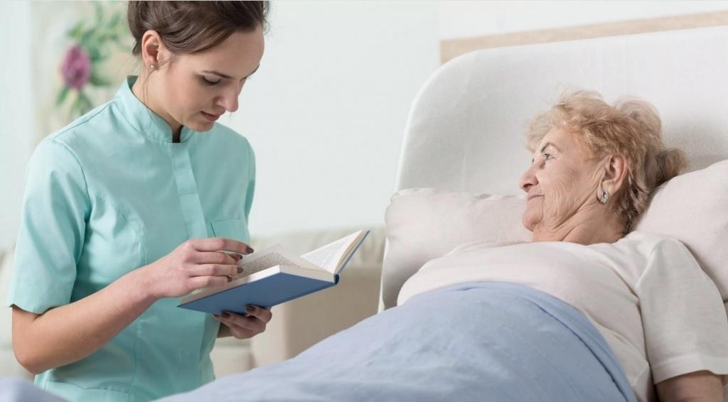 лежачая пожилая женщина.jpg