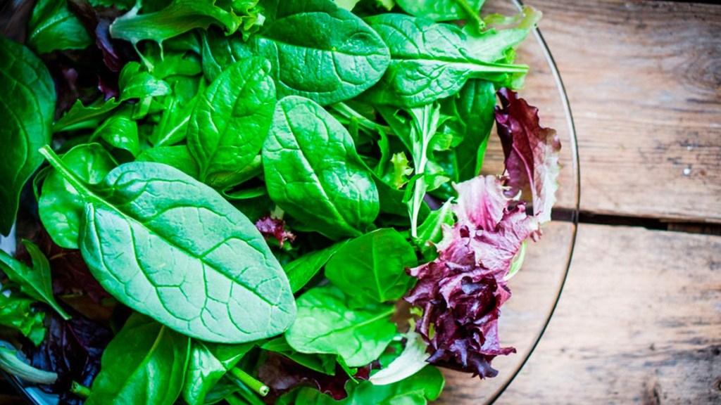 В зеленых листовых овощах, таких как шпинат, капуста и руккола, мало калорий, но они содержат много ключевых витаминов и минералов, в том числе фолат.