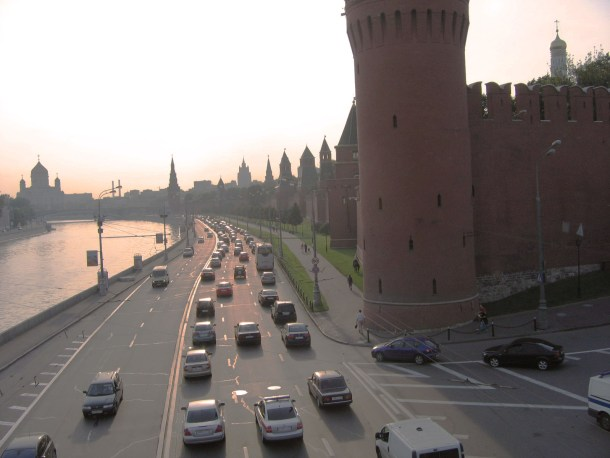 Do's and don'ts in Moscow for first time travellers. Busy traffic along the Moskva river