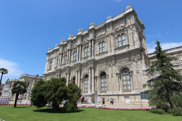 Do you travel to Istanbul, Turkey and wonder if you should visit the Dolmabahçe or Topkapi Palace in Istanbul? I visited both and help you decide.