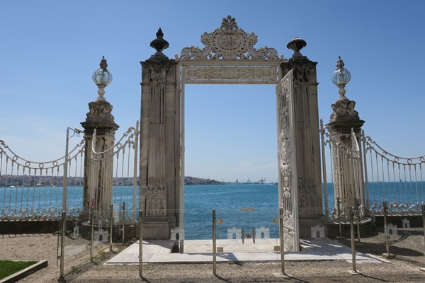 Visit the Dolmabahçe or Topkapi Palaces in Istanbul?